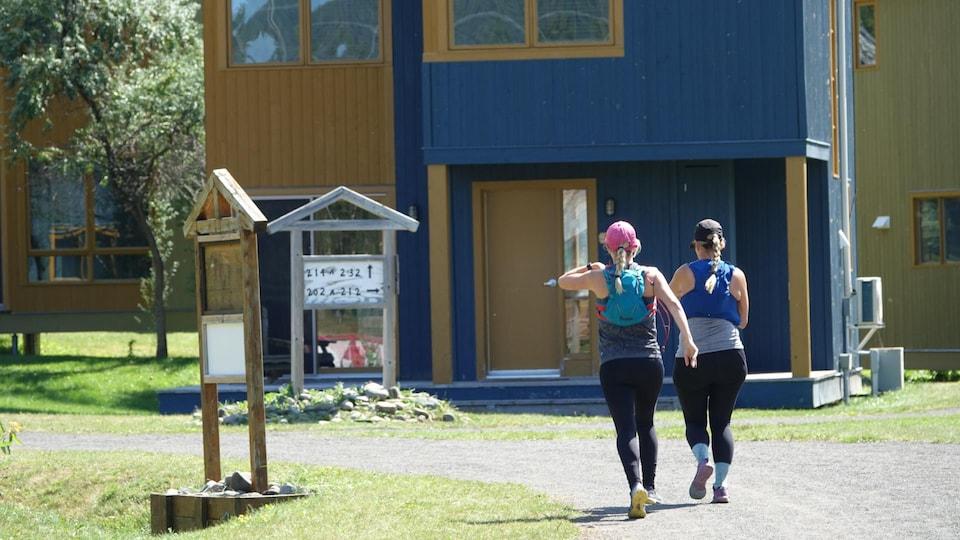 Deux participantes sur un chemin de gravier.