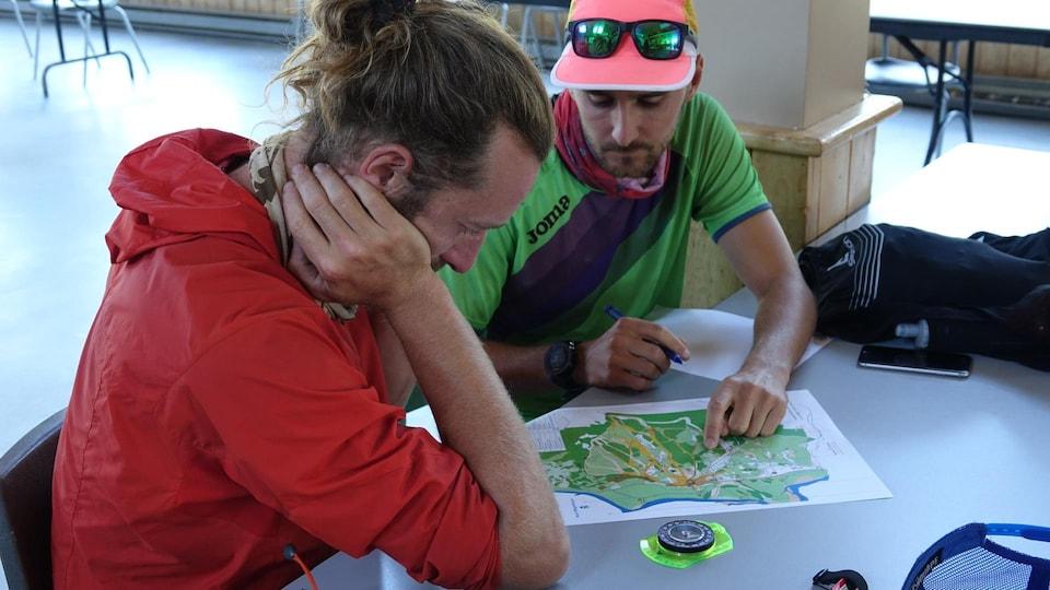 Deux participants au Défi qui regardent une carte.