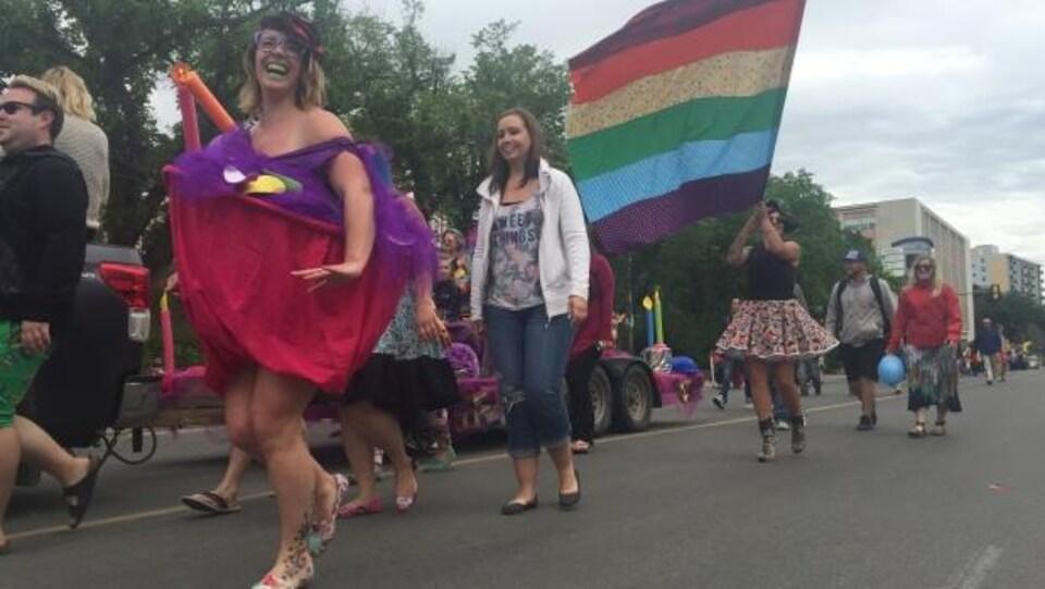 Participants au défilé de la fierté gaie à Saskatoon