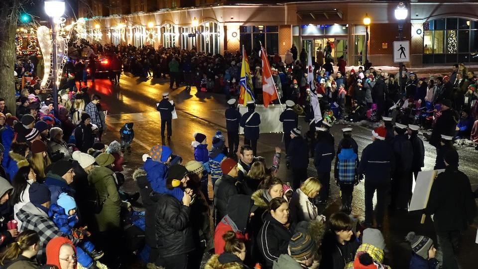 Des dizaines de milliers de personnes se rassemblent à Moncton pour le défilé du père Noël.