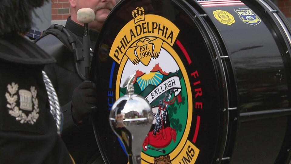 Une caisse claire de la Philadelphia Police and Fire Pipes and Drums