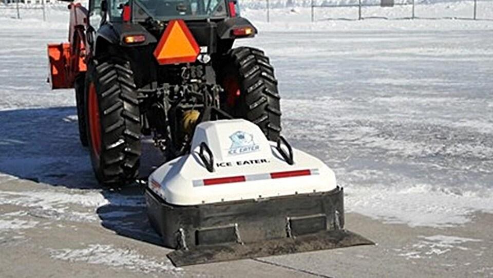 L'appareil ressemble à un aspirateur géant poussé par un tracteur.