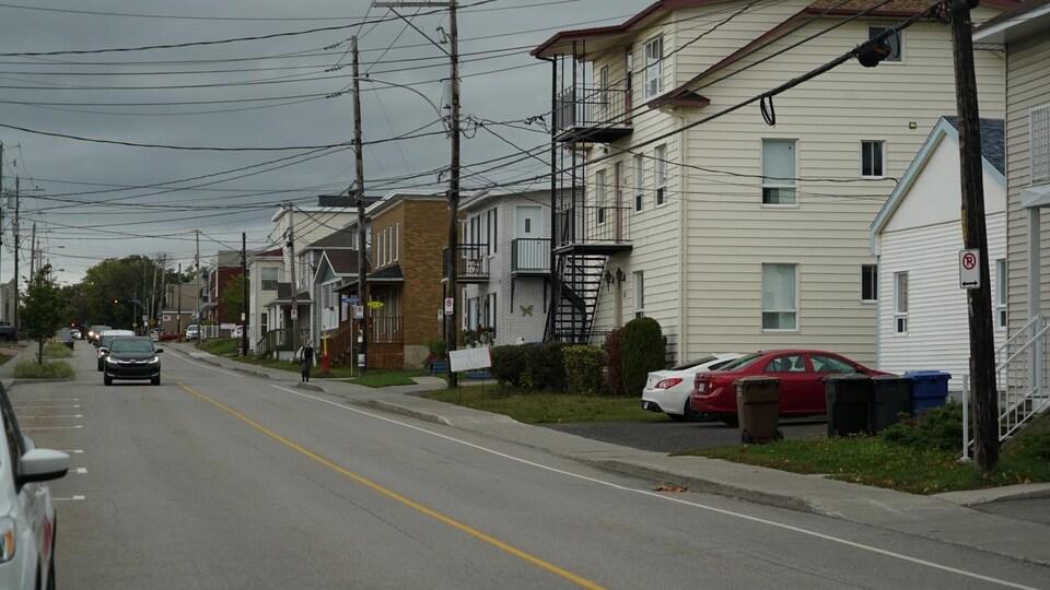 Une rue du quartier où les maisons et logements locatifs sont collés les uns contre les autres.