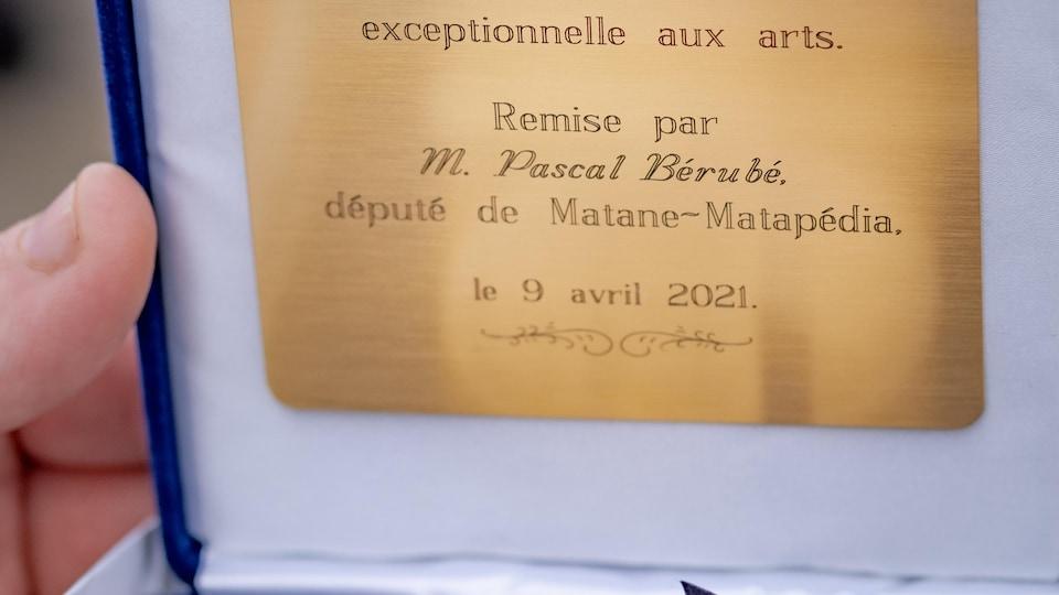 Cette Médaille de l'Assemblée nationale a été remise à Delphis Bélanger pour sa contribution à l'art.