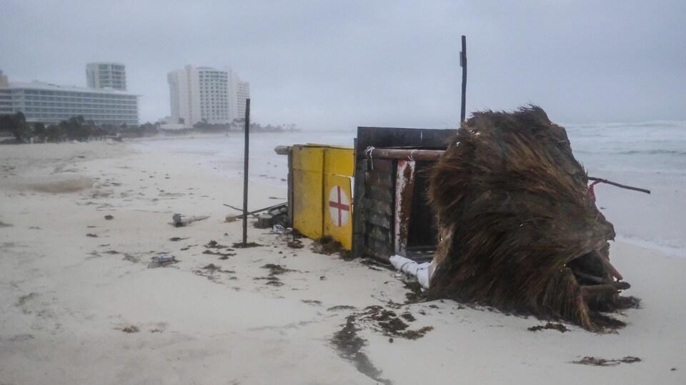 Une tour de sauvetage repose sur le côté après avoir été renversée par l'ouragan Delta à Cancun, au Mexique.
