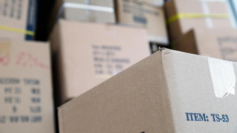 Toutes les boîtes de carton doivent être fermées avec du ruban adhésif pour éviter que vos biens entrent en contact avec des punaises.