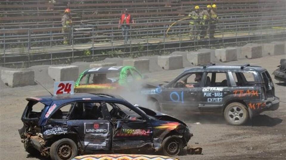 Des chauffeurs participant à la Démolition OK PNEUS de Saint-Antonin de 2018, en pleine action.