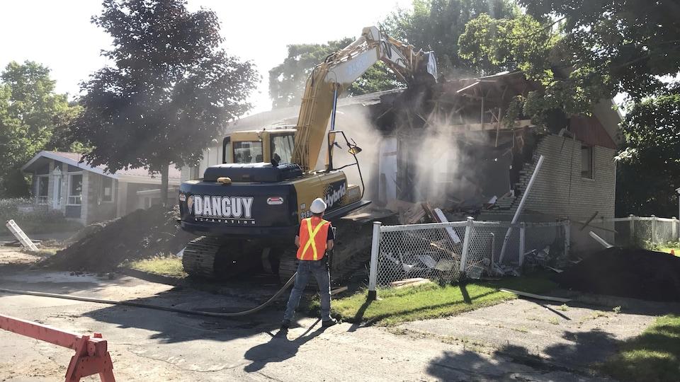 Une maison en cours de démolition.