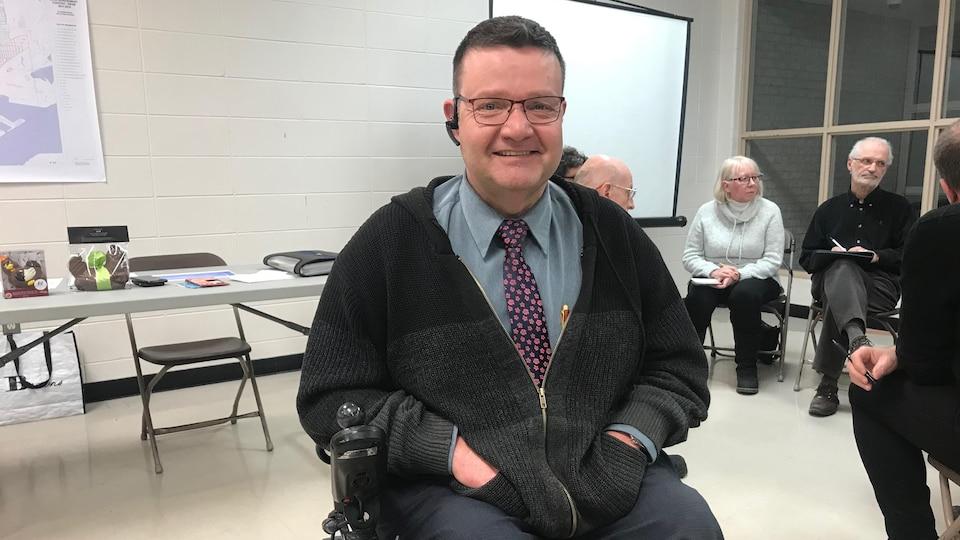 Rénald Pelletier doit se déplacer en fauteuil roulant. Il a trouvé l'hiver très pénible. Il est resté coincé chez lui parfois 72 heures puisque les services de transports adaptés étaient incapables de déployer leur rampe d'accès.