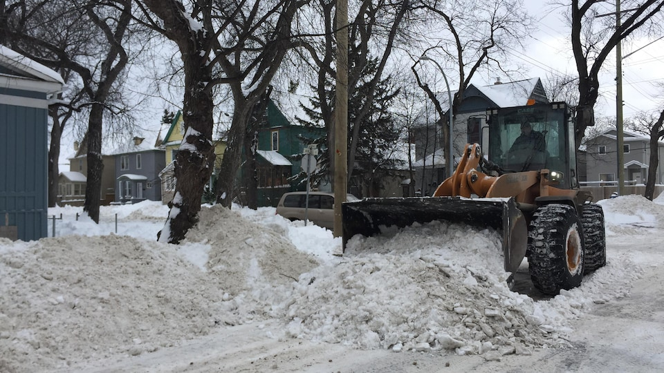 Plus de 400 machines lourdes sont toujours à l'oeuvre dans les rues de Winnipeg pour nettoyer la ville après la grosse tempête de neige de Noël.