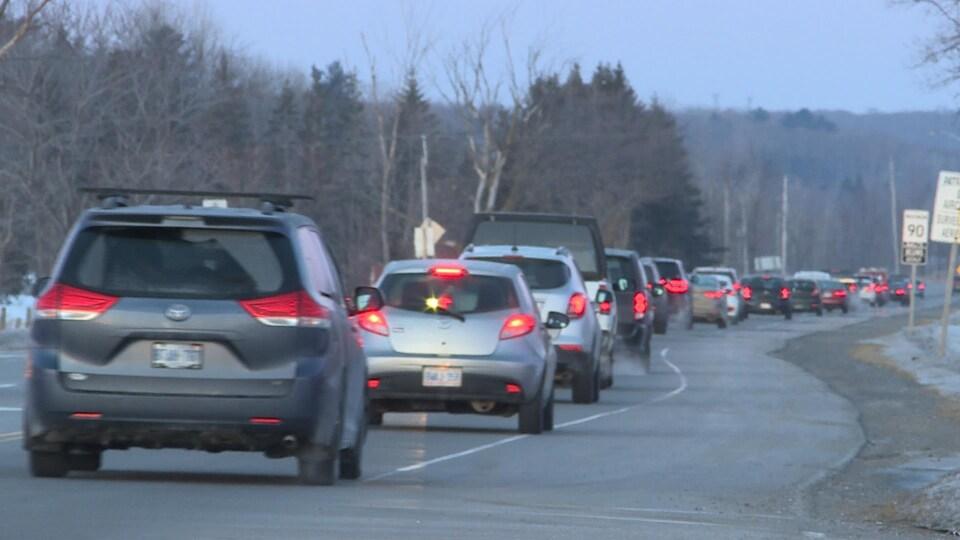 Des véhicules sur une route congestionnée.