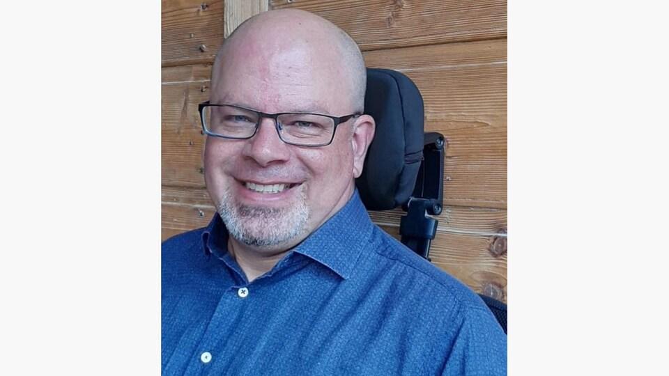 Denis Berthiaume en fauteuil roulant.