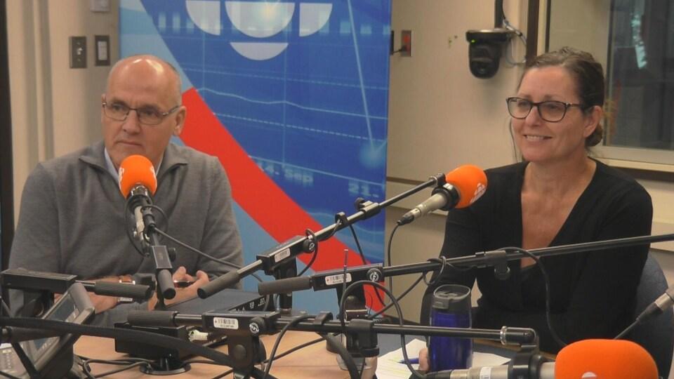 Denis Bouchard et isabel Brochu derrière des micros