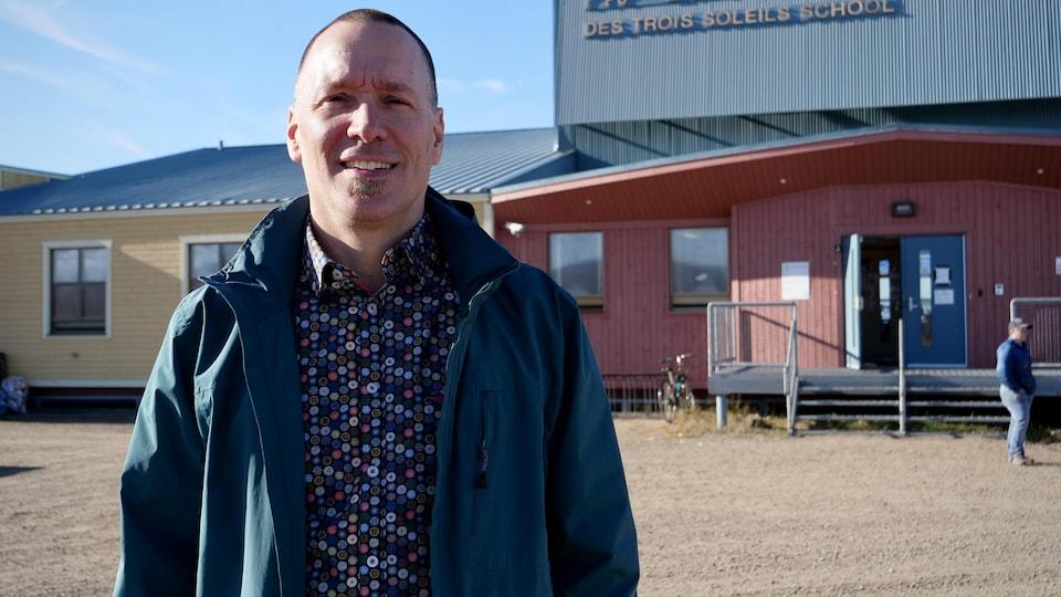 Denis Clavet, devant l'École des Trois-Soleils d'Iqaluit.