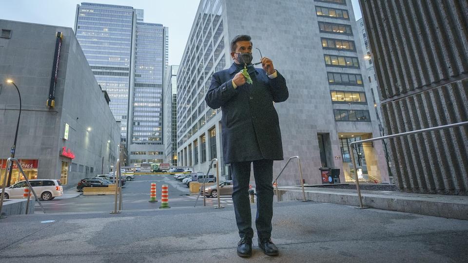 Denis Coderre, dehors, au centre-ville de Montréal.