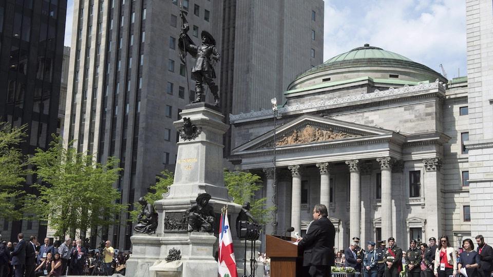 Denis Coderre prononce un discours devant une foule sur la place d'Armes.