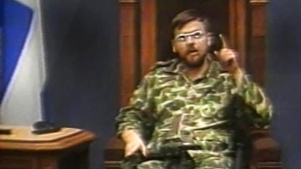 Habillé d'un uniforme militaire, Denis Lortie s'est assis sur le siège habituellement occupé par le président de l'Assemblée nationale.
