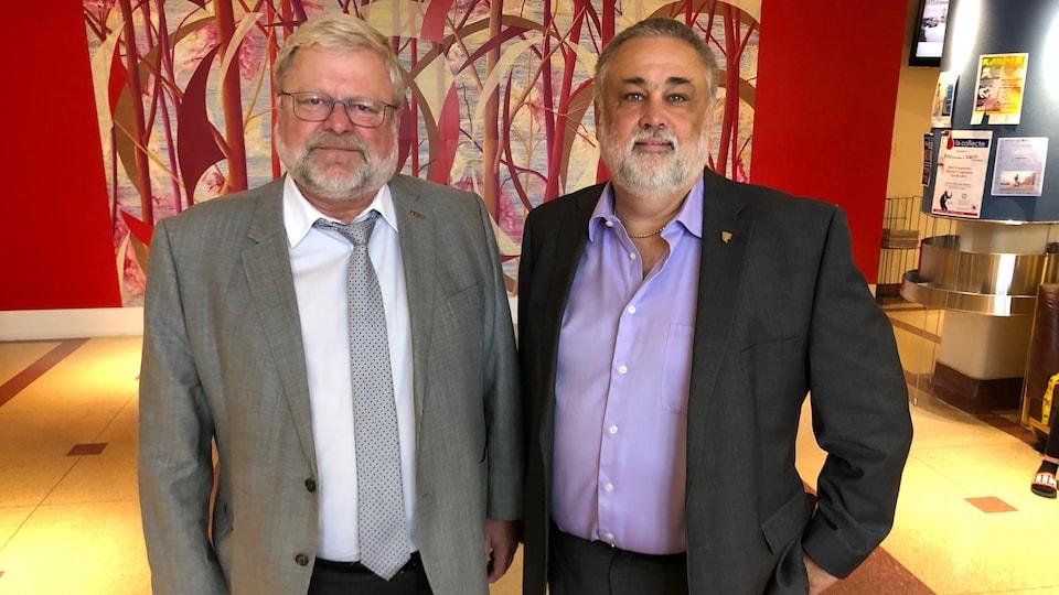 Denis Martel et Sylvain Blais posent côte à côte dans le lobby du Cégep de l'Abitibi-Témiscamingue.