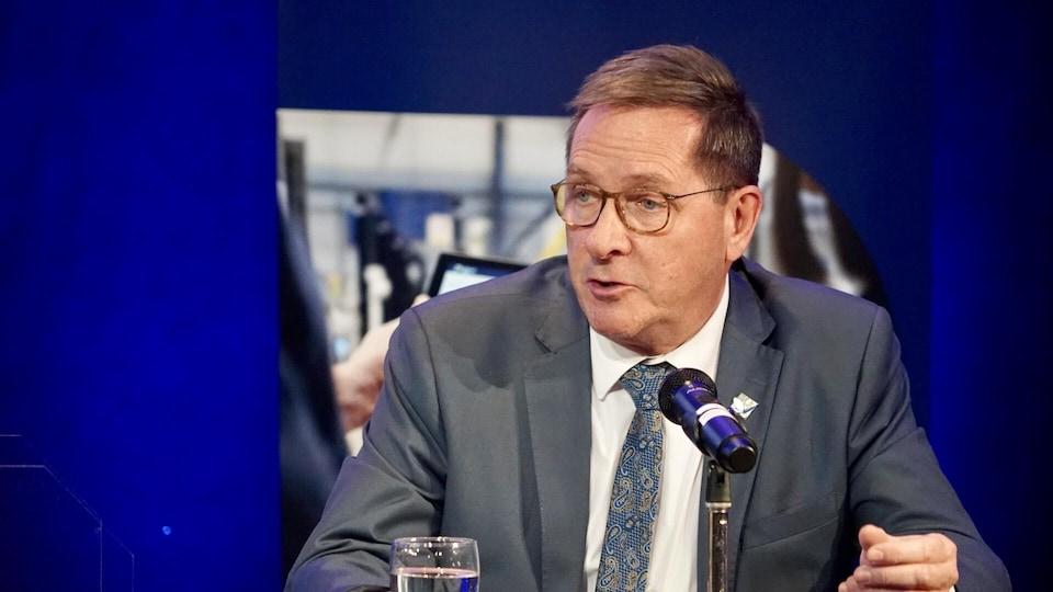 Denis Tardif en conférence de presse à Rivière-du-Loup.