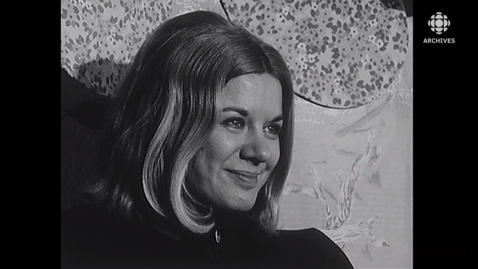 Visage souriant de Denise Filiatrault.