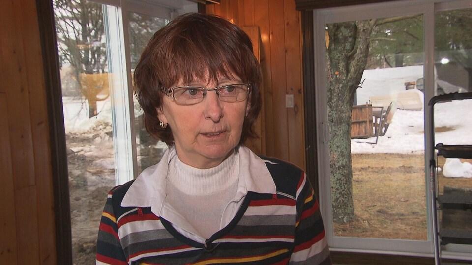 Femme portant des lunette en entrevue à la caméra.