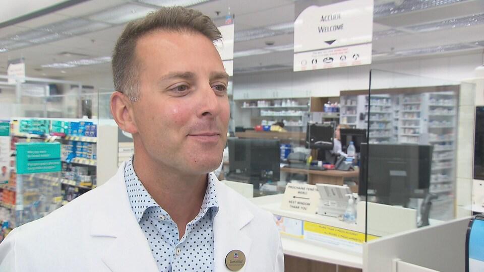 Le propriétaire d'un Jean Coutu à Dieppe en entrevue dans sa pharmacie.