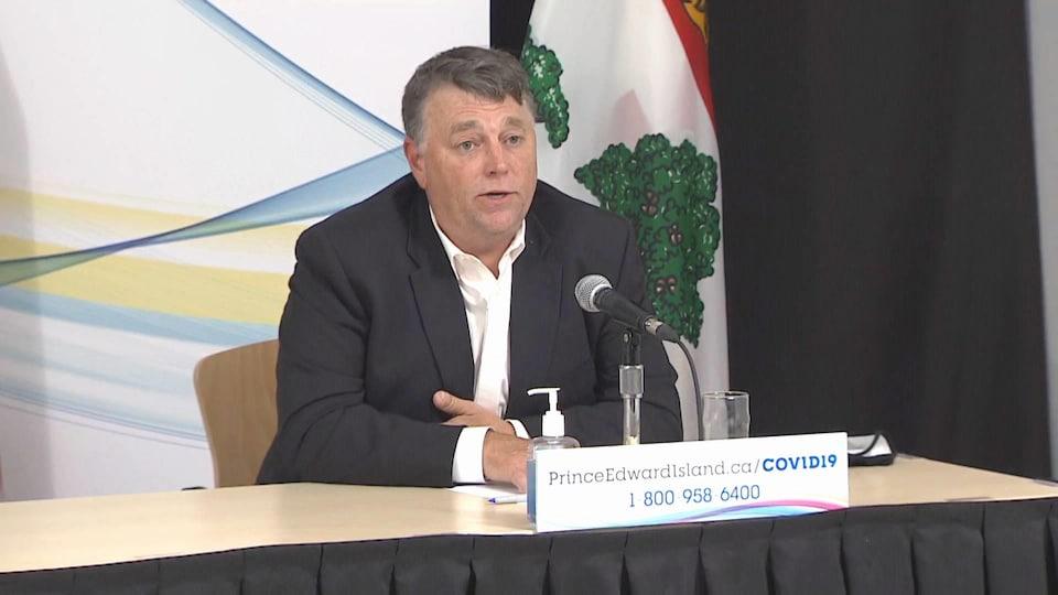 Dennis King en conférence de presse.