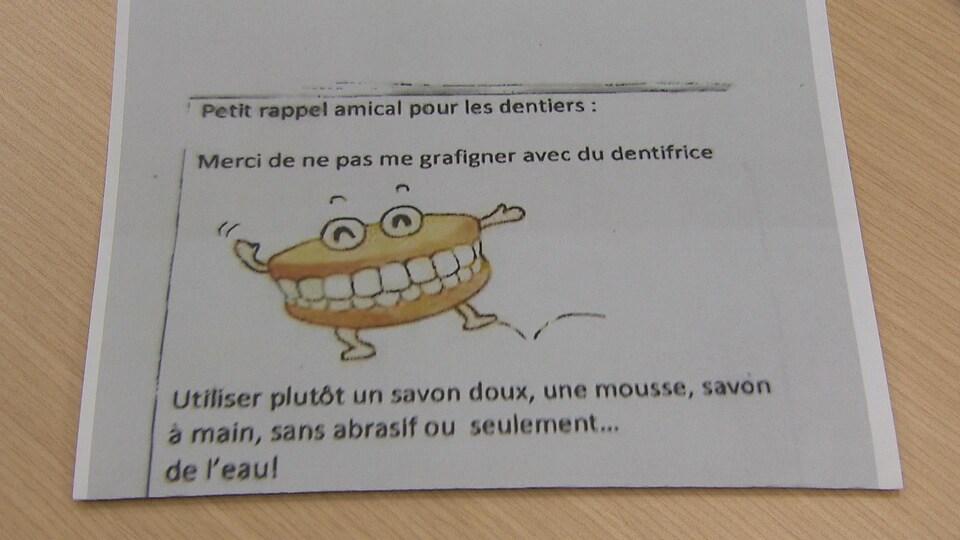La note explique que les employés doivent employer un savon doux plutôt que du dentifrice pour nettoyer les dentiers.
