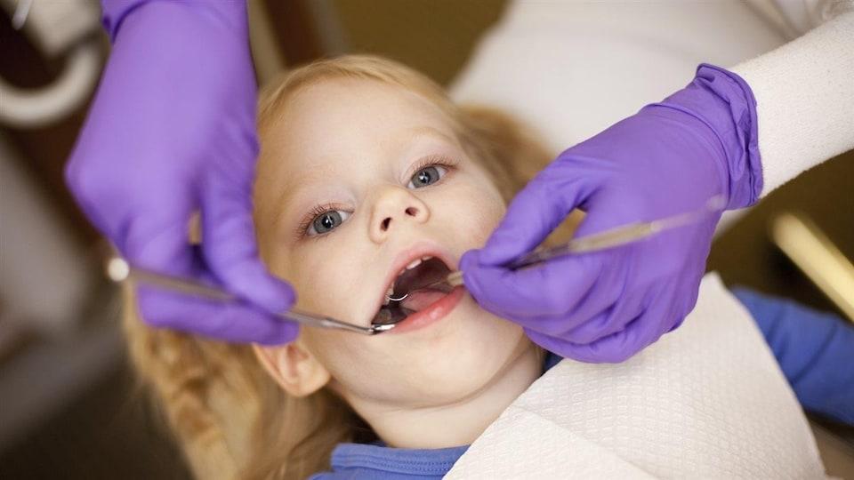 Un enfant chez le dentiste