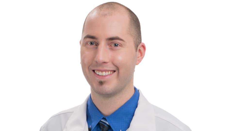 Portrait du dentiste sur fond blanc.