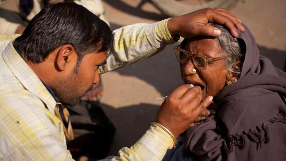 Un dentiste de rue à Varanasi, en Inde.