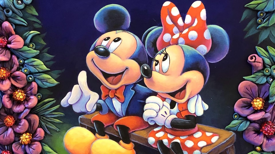 Dessin de Mickey et Minnie, les deux personnages de Disney assis sur un banc en train de regarder vers le haut comme s'ils regardaient vers le ciel. Ils sont entourés d'arbres.
