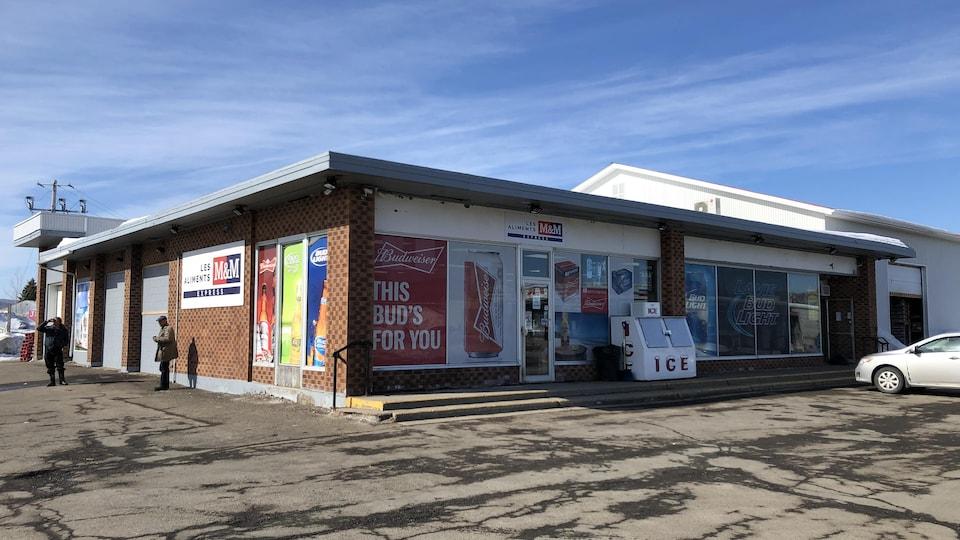 Au dépanneur Wysote, dans la communauté micmaque de Listuguj, on évalue que la moitié de la clientèle provient du Nouveau-Brunswick