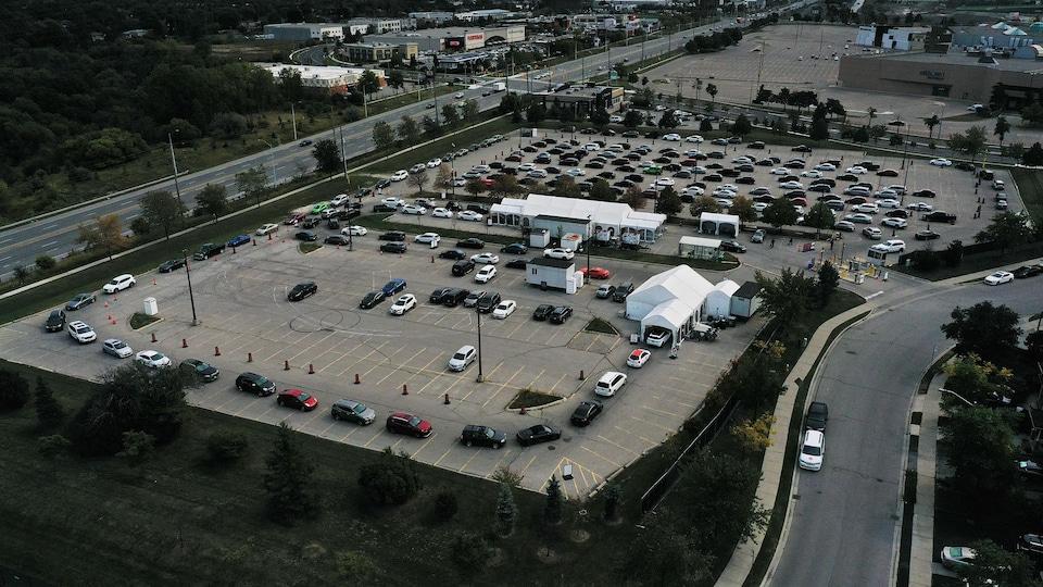Des automobilistes font la file pour pouvoir subir un test de dépistage à Etobicoke, dans l'ouest de Toronto.