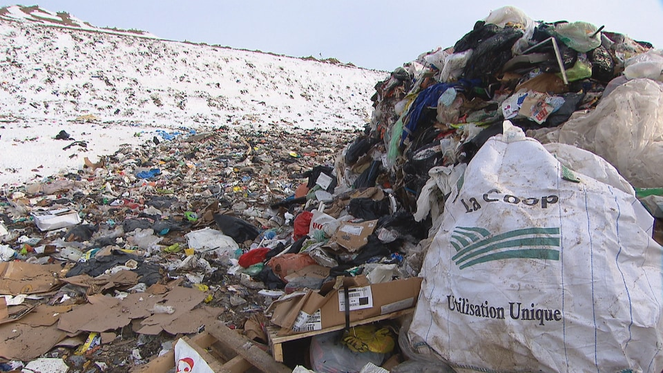 Montagne de déchets dans un dépotoir