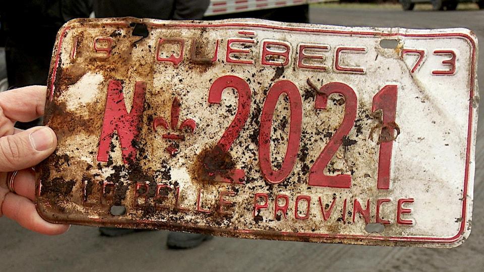 La plaque d'une carcasse de voiture abandonnée il y a plus de 45 ans.