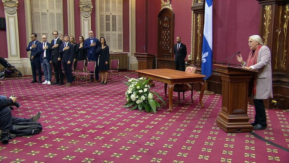 Manon Massé lit la prestation de serment et les neuf autres députés de Québec solidaire ont la main sur le coeur.