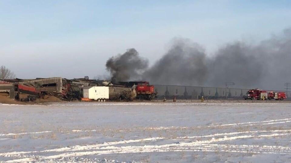 Déraillement de train avec fumée.