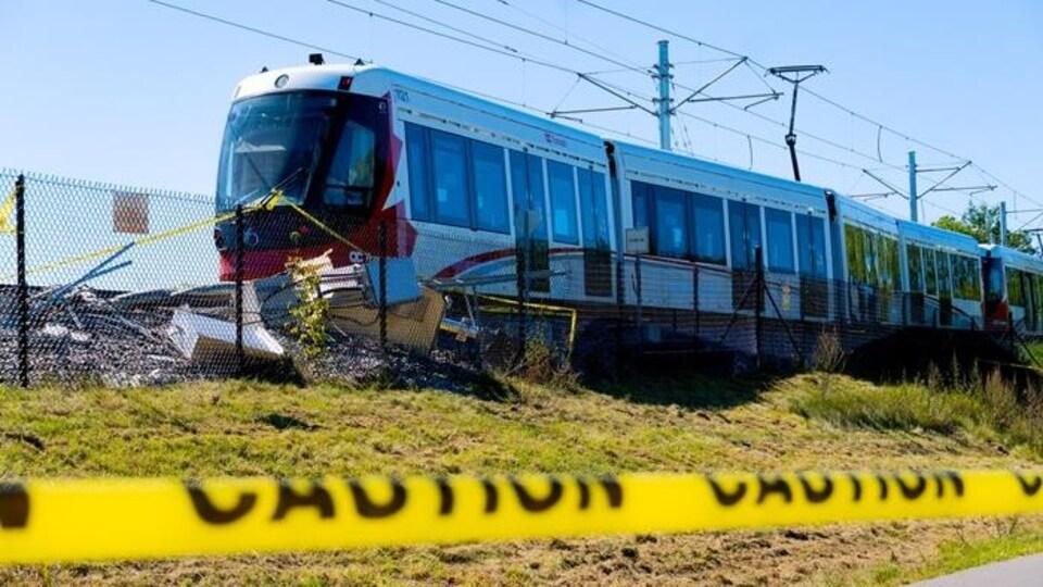Un train immobilisé après un déraillement à Ottawa.