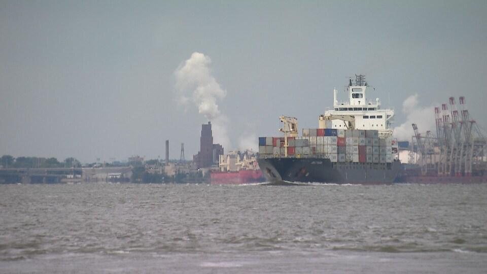 Un navire devant le Port de Québec.