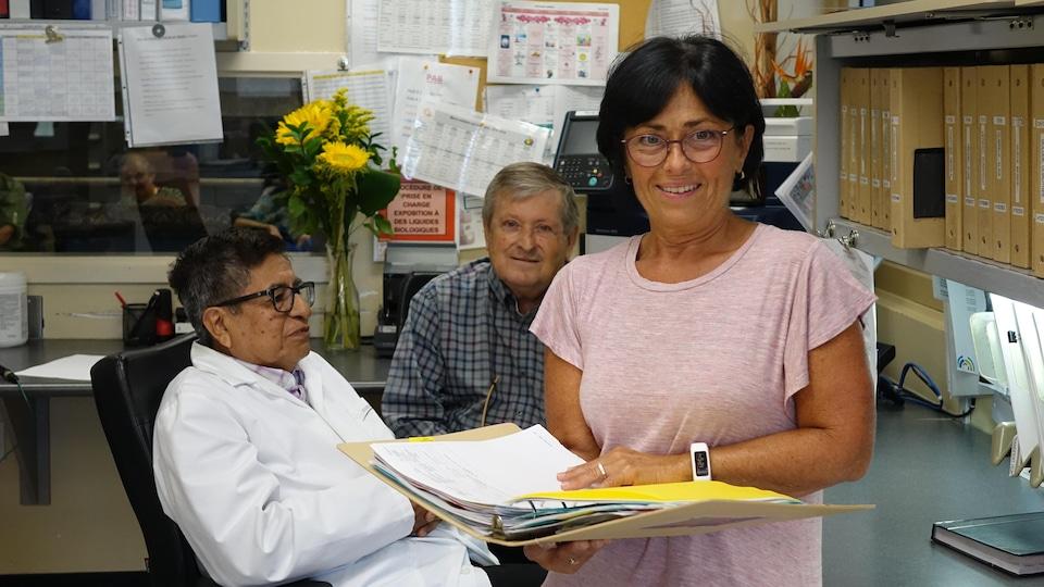 Pour chaque résident, l'infirmière assistante chef Josée Ouellette travaille à diminuer le nombre de prescriptions de médicaments, avec le médecin Edouard Chirito et le pharmacien Jacques-Yves Désautels.