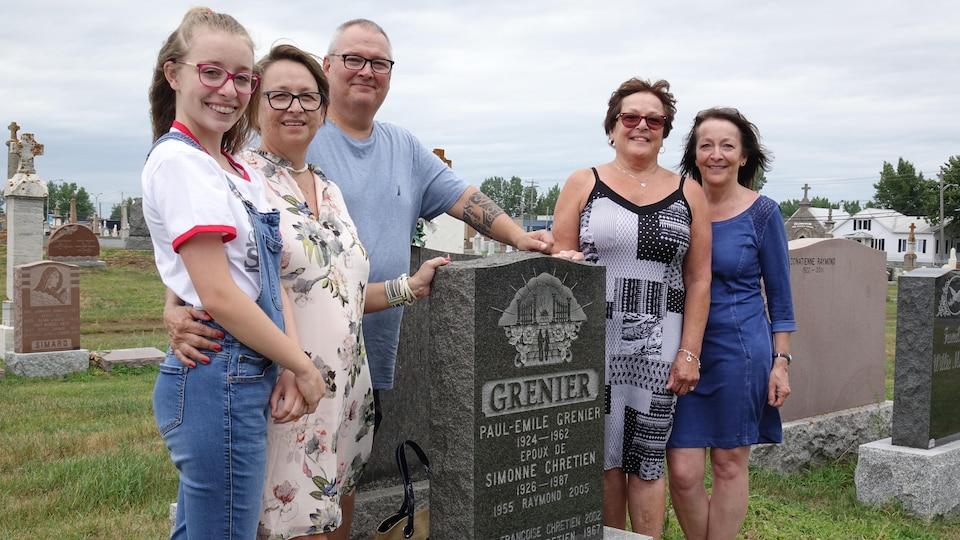 Réunis autour d'une tombe: Mario Roy, entouré de sa conjointe Diane et de sa petite-fille Marie-Laurence (à gauche) et de ses deux cousines Marie-Paul et Sylvie Grenier (à droite), récemment rencontrées grâce au nom de la mère biologique de Mario.