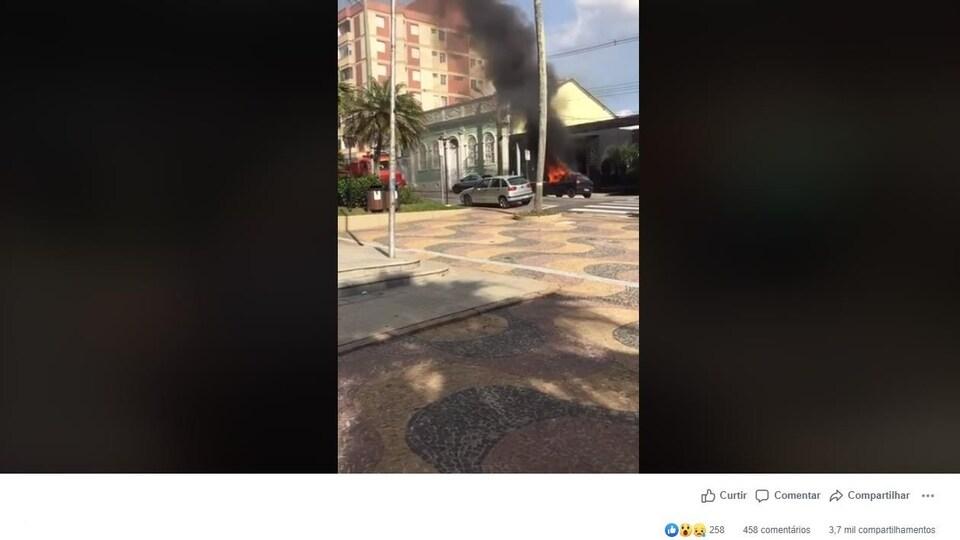 Capture d'écran d'une publication sur Facebook où l'on attribue faussement l'origine d'un feu dans une voiture à la présence d'un flacon de gel hydroalcoolique.