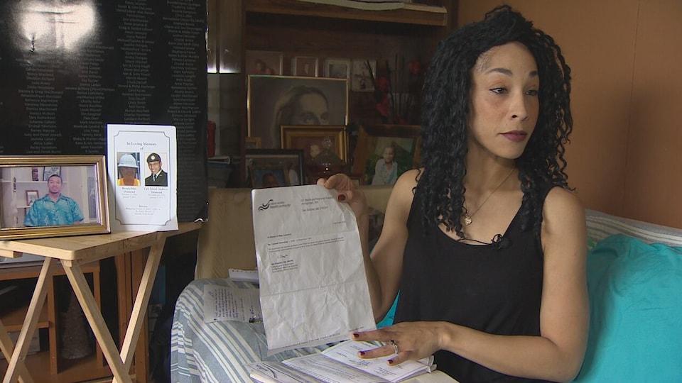 Cassandra Desmond montre un document.