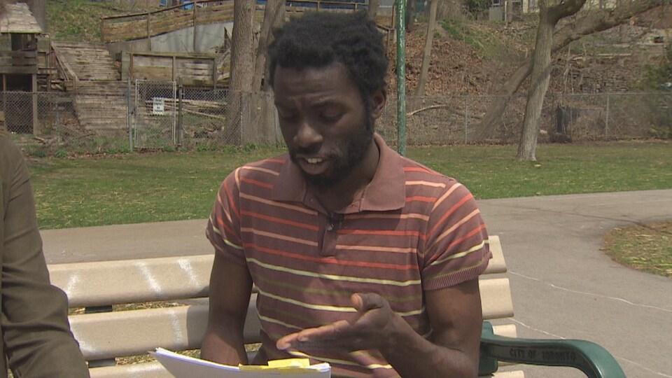 Un homme noir qui lit des documents