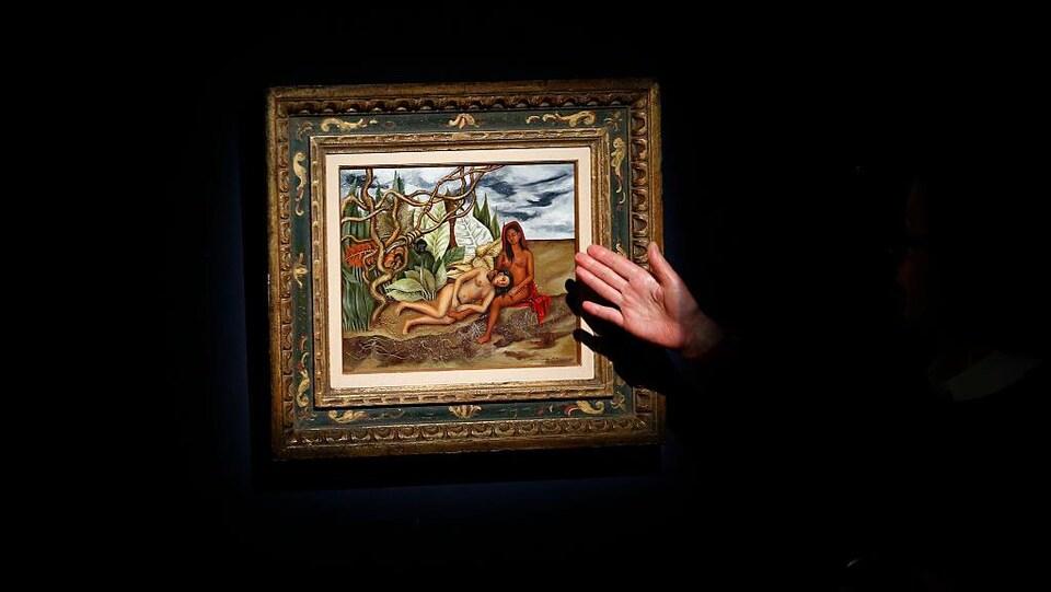 Le tableau représente deux femmes nues.