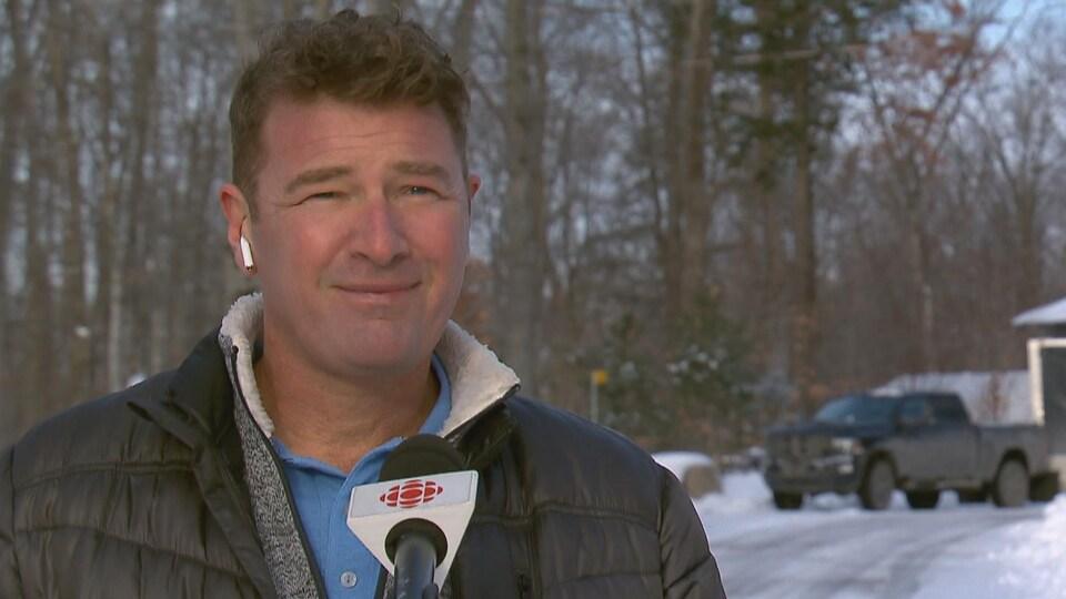 Ygreck esquisse un sourire à l'extérieur l'hiver.