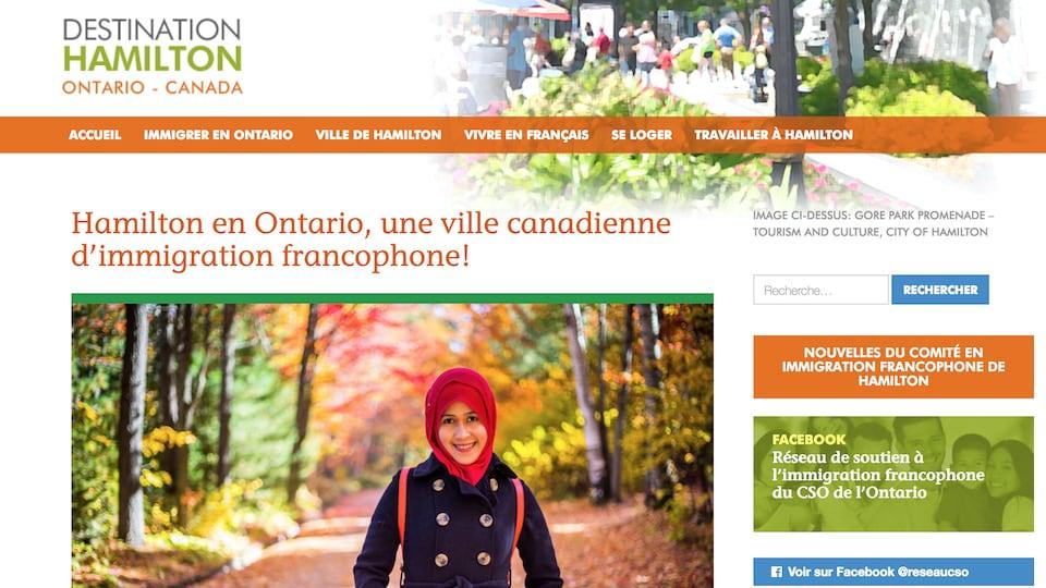 Pas d'accueil d'un site web faisant la promotion de l'immigration francophone. Sur la photo principale, on peut voir une femme voilée qui sourit dans le bois en automne.