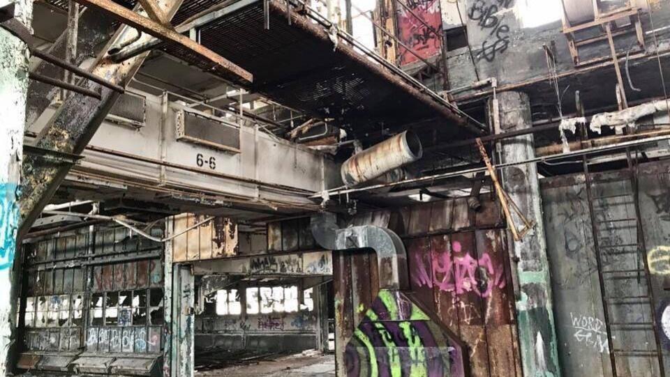 Usine désaffectée à Détroit avec des graffitis.