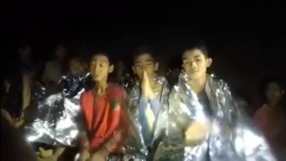 Dans cette vidéo enregistrée mardi par la marine thaïlandaise, on voit onze des enfants dire bonjour, leur nom, puis «je suis en bonne santé».